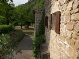 Weg seitlich vom Haus Richtung Anbau und große Terrasse